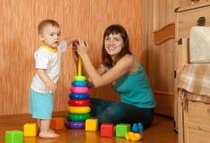 Lyckliga moderspelrum med behandla som ett barn Arkivbilder