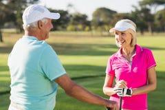 Lyckliga mogna par för golfspelare Arkivbild