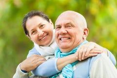 Lyckliga mogna par i höst parkerar Fotografering för Bildbyråer