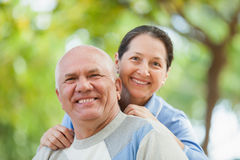 Lyckliga mogna par i höst parkerar tillsammans Arkivfoton