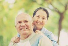 Lyckliga mogna par i höst parkerar tillsammans Arkivfoto