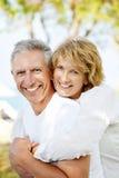 Lyckliga mogna par utomhus fotografering för bildbyråer