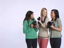 Lyckliga multietniska kvinnor med kameror Royaltyfria Foton
