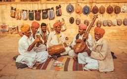 Lyckliga musiker som spelar musik på utomhus- olika traditionella instrument royaltyfria bilder