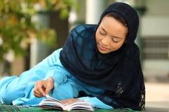 lyckliga muslim för flicka arkivfoton