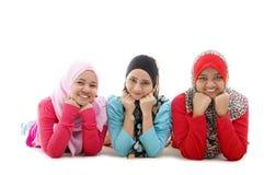 Lyckliga muslimflickor royaltyfria foton