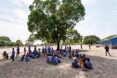 Lyckliga namibiska skolbarn som väntar på en kurs Arkivbilder
