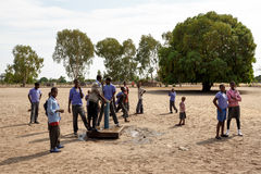 Lyckliga namibiska skolbarn som väntar på en kurs Arkivbild