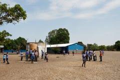 Lyckliga namibiska skolbarn som väntar på en kurs Royaltyfria Bilder