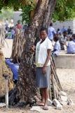 Lyckliga namibiska skolbarn som väntar på en kurs Royaltyfria Foton