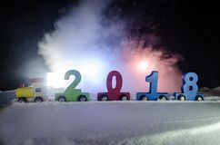 2018 lyckliga nya år bärande nummer för träleksakdrev av 2018 år på snö Leksakdrev med 2018 kopiera avstånd julen dekorerar nya h Arkivfoton