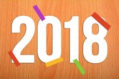 2018 lyckliga nya år på träbakgrund Arkivbilder