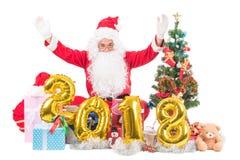 2018 lyckliga nya år Santa Claus med julbegreppet som sitter a Fotografering för Bildbyråer