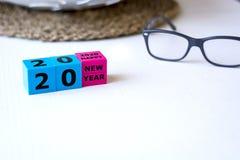 2020 lyckliga nya år som komponeras med kulöra plast- kuber arkivbild