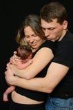lyckliga nyfödda föräldrar för flicka arkivfoton