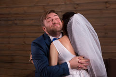 Lyckliga nygifta personer som omfamnar efter förbindelseförslag Royaltyfria Foton