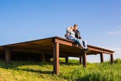 Lyckliga och för barn gravida par som utomhus kramar Royaltyfri Fotografi