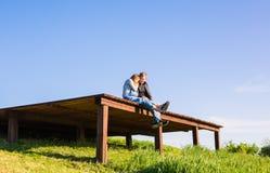 Lyckliga och för barn gravida par som utomhus kramar Royaltyfria Foton