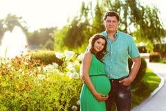 Lyckliga och för barn gravida par tonad bild Arkivfoton