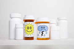 Lyckliga och ledsna preventivpillerflaskor Royaltyfri Foto