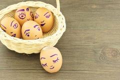 Lyckliga och roliga emoticons på tom äggskal i korg Royaltyfria Bilder