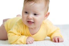Lyckliga och sunda 4 månader behandla som ett barn att ligga för flicka royaltyfri bild