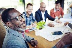 Lyckliga och tillfälliga affärsmän i en konferens Arkivbild