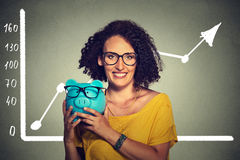Lyckliga och upphetsade over besparingar för kvinna på köpandeeyewearexponeringsglas Arkivbild