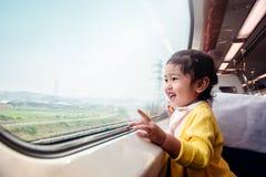 Lyckliga och upphetsade ungar som reser med drevet Två år en gammal flicka royaltyfri bild