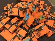 Lyckliga orange hermesapelsinaskar royaltyfria foton