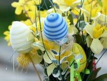 Lyckliga påskägg och blommor Royaltyfria Foton