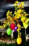 Lyckliga påskägg och blommor Arkivfoton