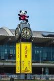 Lyckliga Panda Airport Clock Arkivfoton