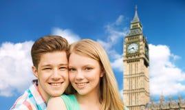 Lyckliga par över stora ben står högt i london Arkivbilder