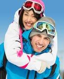 Lyckliga par av bergskidåkare har gyckel royaltyfri foto
