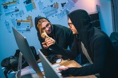 lyckliga par av en hacker med bunten av kassa royaltyfri foto