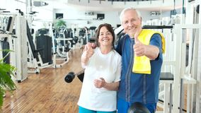 Lyckliga par av pensionärer som gör en gest upp tummen stock video