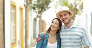 Lyckliga par av turister som går som beskådar sikter stock video