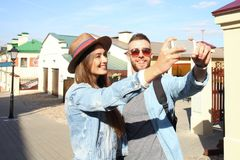 Lyckliga par av turister som tar selfie i gammal stad fotografering för bildbyråer