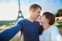 Lyckliga par av turister som tar selfie i Paris Royaltyfri Fotografi