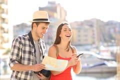 Lyckliga par av turister som tycker om semesterlopp royaltyfria foton
