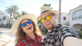 Lyckliga par av turister som utomhus tar selfie stock video