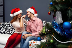 Lyckliga par, cristmas Royaltyfri Bild