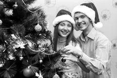 Lyckliga par, cristmas Arkivfoto