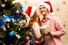 Lyckliga par, cristmas Royaltyfria Bilder