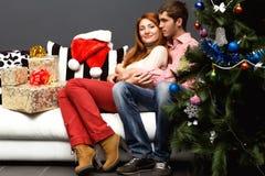 Lyckliga par, cristmas Arkivbilder