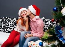 Lyckliga par, cristmas Fotografering för Bildbyråer