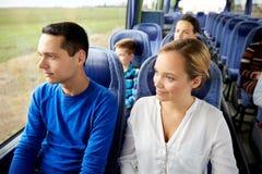 Lyckliga par eller passagerare i loppbuss Royaltyfria Foton