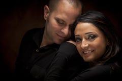 Lyckliga par för blandat lopp som flörtar med de arkivfoto