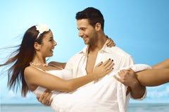 Lyckliga par för exotiskt bröllop arkivbilder